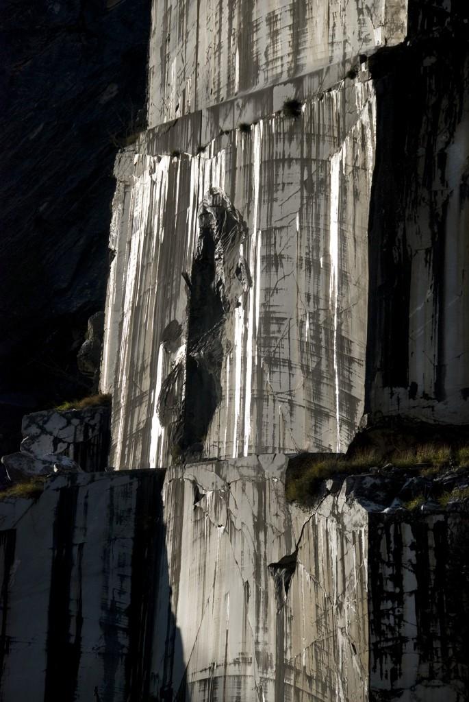 Figura su parete di marmo